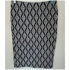 """Zara textured high waisted pencil skirt sz M Classic black and white textured stretch pencil skirt by Zara Trafaluc. Back vent. Elastic waistline. Size Medium. High waisted style. Excellent condition.  Waist 14"""" stretches up to 16"""" Length 24"""" 92% cotton 6% polyamide 2% elastane Zara Skirts Pencil"""