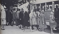 افغانستان في الخمسينات والستينات ، النساء تصعد من الامام ، والرجال من الخلف