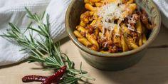 Italienisches Rezept für Strozzapreti mit Salsiccia. Strozzapreti (it. Pfaffenwürger) ist eine Nudelspezialität aus der Emilia Romagna.