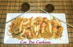 Receta de bami goreng   ConDosCucharas.com Chow Mein, Pasta, Japchae, Spaghetti, Ethnic Recipes, Food, Steak, Bon Appetit, Recipes