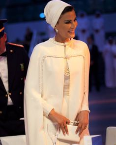 Queen of Elegance looks spectacular in white Valentino couture ensemble. I miss seeing her in night gowns, the glamour, the drama and diamonds. Arab Fashion, Muslim Fashion, Royal Fashion, Modest Fashion, Look Fashion, Fashion Dresses, Mode Abaya, Mode Hijab, Estilo Jackie Kennedy