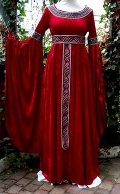 gown belted at waist with extravagant sleeves Renaissance Costume, Medieval Costume, Renaissance Fashion, Renaissance Clothing, Historical Clothing, Medieval Dress, Simple Dresses, Pretty Dresses, Elegant Dresses
