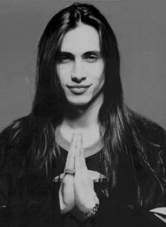 Nuno Bettencourt from the band Extreme. A total babe, no? Nuno Bettencourt, Pretty People, Beautiful People, Boys Long Hairstyles, Pretty Boys, Gorgeous Men, Sexy Men, How To Look Better, Handsome