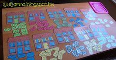 Tel- en sorteerspel: De postbode. Bezorg alle brieven aan het juiste huisje. (Variant: Leg cijferkaartjes of getalbeeldkaartjes boven de huisjes en laat de kinderen tellen hoeveel brieven ze  bij elk huisje moeten leggen.)