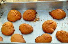 Esta receita de Bolos de Azeite da Beira Baixa ou económicos foi confecionada em conjunto com a D. Alice em Monsanto. Que nos proporcionou cozer o pão e os bolos em forno de lenha. Estes bolos típicos das beiras, são de simples confecção e duram muito tempo. Mesmo depois de rijos comem-se muito bem. A receita aqui publicada foi adaptada para uma pequena quantidade e cozidos em forno doméstico.