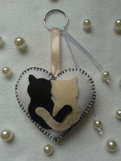 chaveiro de feltro gatos Tap the link Now - The Best Cat Products We Found Worldwide!felt cats on a heartcat ornament for alice Felt Christmas Decorations, Felt Christmas Ornaments, Cat Crafts, Crafts To Make, Fabric Crafts, Sewing Crafts, Felt Keychain, Felt Embroidery, Felt Cat