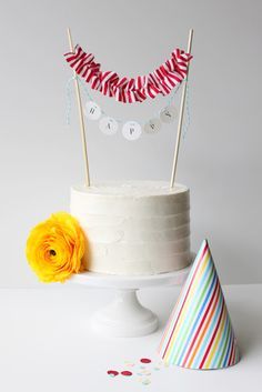 party perfection, loving this ruffle cake topper and rainbow party hat Pretty Cakes, Cute Cakes, Beautiful Cakes, Cake Bunting, Cake Banner, Flag Cake, Mini Bunting, Diy Banner, Bunting Banner