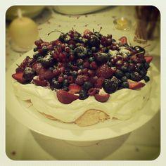 Pavlova com frutas vermelhas