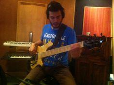 Victor Gil haciendo los bajos del nuevo álbum.