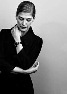 Rosamund Pike photographed by Jiaji Jin for Marie Claire China, 2016 Rosamund Pike, Audrey Hepburn Unicef, Gone Girl, Catherine Zeta Jones, Female Poses, Photoshoot Inspiration, Fashion Inspiration, Celebrity Babies, Beautiful Gowns