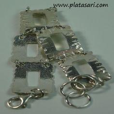Pulsera fabricada en plata 1ª ley 925 varios eslabones acabada en brillo y texturas.