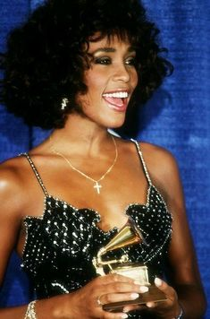 Beautiful Whitney Houston, 1992.. Divas, Florence The Machine, Actrices Hollywood, Female Singers, Classic Beauty, American Singers, Beautiful Black Women, Music Artists, Beverly Hills