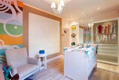 No Quarto de Bebê Unissex, Kika Simon e Alessandra Reis escolheram cores e estampas neutras para atender a meninos ou meninas. Caixas simples de MDF foram pintadas com tinta PVA e viraram nichos de parede. O papel de parede multicolorido é feito de garrafas PET recicladas.