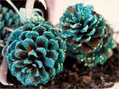 weihnachtsbaumschmuck selber basteln blauer glitzer zapfen