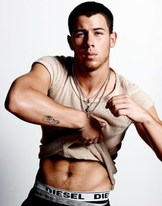 OPEN CLOSET: VIDEO La candente escena gay de Nick Jonas