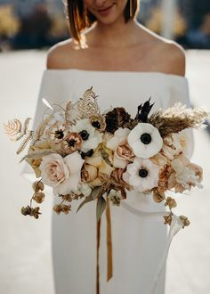 Look at this amazing wedding dress from wild at heart bridal! Look at this amazing wedding dress from wild at heart bridal! Is dit jouw droom trouwjurk? Fall Wedding Flowers, Bridal Flowers, Boho Wedding, Floral Wedding, Dream Wedding, Bridal Bouquet Fall, Parrot Tulip Wedding Bouquet, Anemone Wedding Bouquet, Bridal Boquette