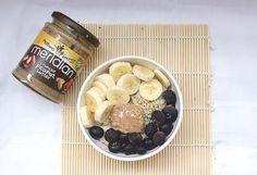 ¿Qué como en un día? Desayuno: Porridge de avena con frutas.  Ver receta completa: http://mamanutryfit.com/que-como-en-un-dia-embarazo/