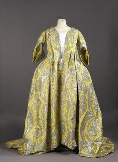 Lot : Exceptionnelle robe volante, vers 1730, lampas fond gros de Tours jaune citron[...] | Dans la vente Etoffes et Costumes – Archives Textiles (Lyon et Environs) - Papier Peints Panoramiques à De Baecque & Associés