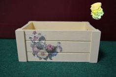 Caja de madera decorada a mano con decoupage.