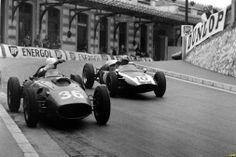 Bruce McLaren Cooper T53 and Phil Hill Ferrari Dino 246 Imagen del Monaco Grand Prix Corrido el 29 de mayo de 1960