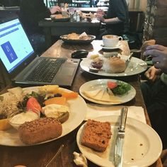 Wir arbeiten auch sonntags. Heute mal im #schöneberger #frankfurt bei einem leckeren Frühstück. Die Küche war so nett meine glutenfreien Brötchen aufzubacken und jetzt lassen wir es uns gut gehen. Seid gespannt woran wir gerade arbeiten...es wird guuuuut. #frühstück #schönebergers #schär #sonntag #heute22C #glutenfrei #online