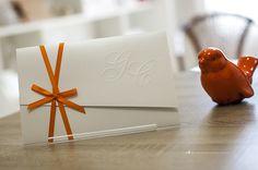 Convite de casamento simples com monograma dos noivos em relevo seco.