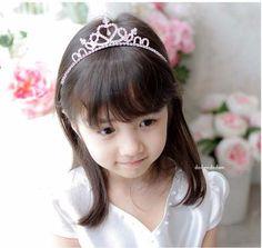 Daminha com tiara.