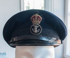 Chapeau militaire de l'armée canadien datent de la 2e guerre mondial de la marine Canadien de la boutique 3rvintages sur Etsy Visor Cap, Captain Hat, Boutique, Hats, Hard Hats, Armors, Caps Hats, World War, Sailor