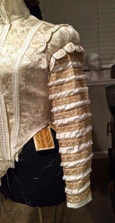 Slashed and puffed Elizabethan sleeve tutorial Elizabethan Clothing, Elizabethan Costume, Elizabethan Fashion, Elizabethan Era, Renaissance Costume, Renaissance Clothing, Renaissance Fashion, Historical Costume, Historical Clothing