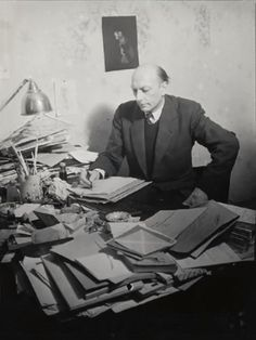 Henri Michaux assis à sa table de travail 1943-1945 photo Brassaï , épreuve gélatino-argentique , Estate Brassaï - RMN-Grand Palais