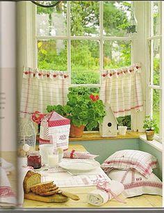 me encantan las cortinas, manteles y almohadas /