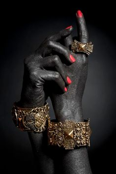 The queen's hands are always the darkest and are always embroiled with the finest jewels Hand Photography, Jewelry Photography, Fashion Photography, Photo Jewelry, Jewelry Art, Jewelry Design, Gold Jewelry, Jewelry Rings, Black Women Art