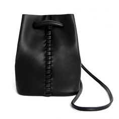 Tão bonito como é prático, este desleixada, balde saco macio é dimensionado para manter seus fundamentos e então alguns. É trabalhada a partir de tecido de couro-look e apresenta um fecho de cordão e detalhes de costura.