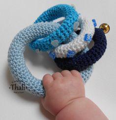 Dans les mains d'un bébé de 7 mois