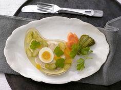 Sülzkotelett mit Ei und Cornichons: Der Klassiker der deutschen Küche sättigt auf leichte Art und enthält wichtige Vitamine aus der B-Gruppe.