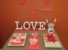 Pequeña Mesa Dulce para 2 enamorados! Chucherias y mini founde de chocolate con brochetas de fresas!