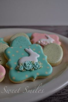 Elegant Easter Bunny with Rosettes decorated cookies. Galletas decoradas de Pascua.
