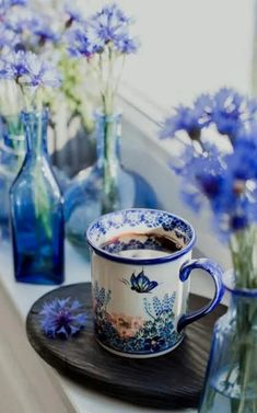 Blue and white are my favorites color Coffee Cafe, My Coffee, Coffee Drinks, Coffee Mugs, Good Morning Coffee, Coffee Break, Café Chocolate, Coffee Photography, Mini Desserts
