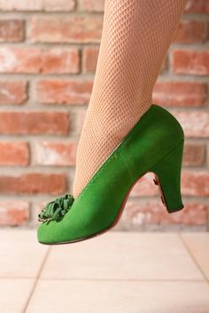 Vintage 1940s suede baby doll pumps are to die for in marvelous billiard green. These classic heels feature pin up pumped heels, peep toe and fantastic