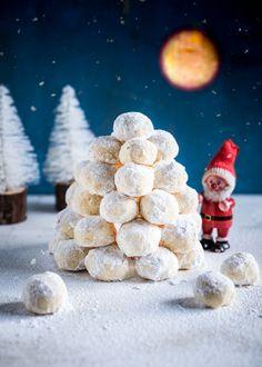 Kookokselta maistuvista lumipallokekseistä voit valmistaa lumilyhdyn, jonka sisälle mahtuu pieni LED-tuikkukynttilä. Helposti valmistettavista lumipallokekseistä saa rakennettua hauskan lumilyhdyn, lumiukon tai vaikkapa lumilinnan. Rakenna oma talvimaisemasi valkoiselle levylle ja kasaa siihen kekseistä keko, kuin tekisit lumilyhdyn.... Led, Christmas, Xmas, Navidad, Noel, Natal, Kerst