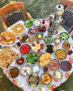 [New] The 10 Best Food (with Pictures) - Best Turkish Breakfast. Turkish Breakfast, Yogurt Breakfast, Arabic Breakfast, Turkish Tea, Breakfast Buffet, Breakfast Presentation, Food Presentation, Comida Picnic, Breakfast Around The World