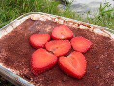 Dieses Babyrezept von babyspeck.at für die süße Nachspeise ist für Babys, Kleinkinder und die ganze Familie geeignet, weil sie ohne Zucker ist. Eine Erdbeer-Mascarpone-Creme, Vollkorn-Biskotten und frische Erdbeeren werden geschichtet.