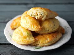Lohipasteijat - Finnish salmon pasties (with rice, hard-boiled egg, dill, white pepper) A Food, Food And Drink, Mini Pies, Fish And Seafood, Bread Baking, Bagel, Food To Make, Tart, Salmon