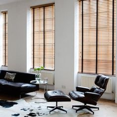 Install Venetian blinds for industrial design. Blinds And Curtains Living Room, House Blinds, Blinds For Windows, Mini Blinds, Shop Windows, Window Curtains, Types Of Blinds, Best Blinds, White Wooden Blinds