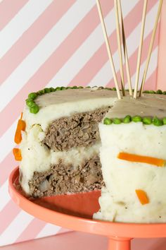 How delicious does this Meatloaf Cake with Mashed Potato Frosting recipe look?!