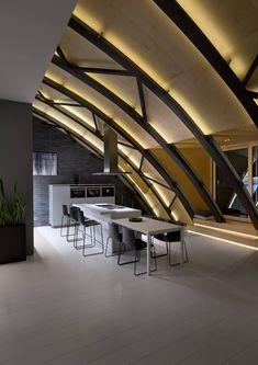 plafond LED, éclairage indirect et toit-voûté au-dessus de table à manger