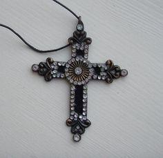 Kors med strass til pynt eller som smykke NOK 50