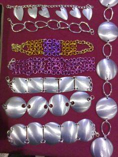 Brazaletes de aluminio de ReciklArte-Bisutería Tin Can Art, Tin Art, Aluminum Can Crafts, Aluminum Cans, Soda Can Crafts, Diy And Crafts, Pop Tab Purse, Plastic Bottle Crafts, Paper Beads