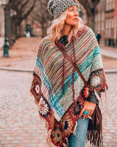Hippie chic clothing - Stunning Indian inspired boho chic style Lovely looking poncho! Hippie Chic Outfits, Boho Outfits, Rave Outfits, Fashion Outfits, Hippie Style, Bohemian Style, Estilo Boho Chic, Mode Boho, Crochet Shawl