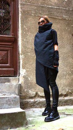 Splendido caldo piumino nero impermeabile / antivento cappotto Stravagante e unico nero senza maniche Gilet asimmetrico Con i lati doppi asimmetrici con cerniera e tasca con zip... così caldo, confortevole e SEMPRE in stile! Essere moderno ed elegante e il coraggio di indossare! Diverse